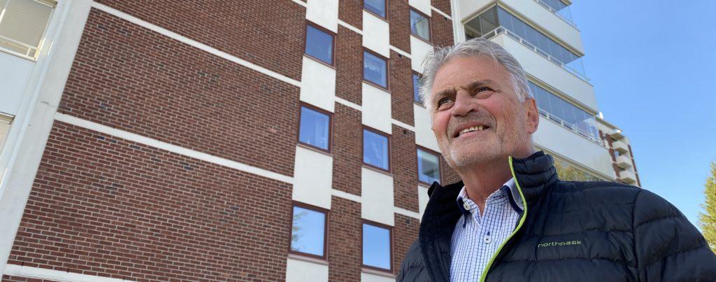 Bilde av Gunnar Alternes foran boligblokken